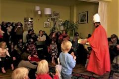 Bischof Nikolaus teilt Freude in Form von Plätzchen aus