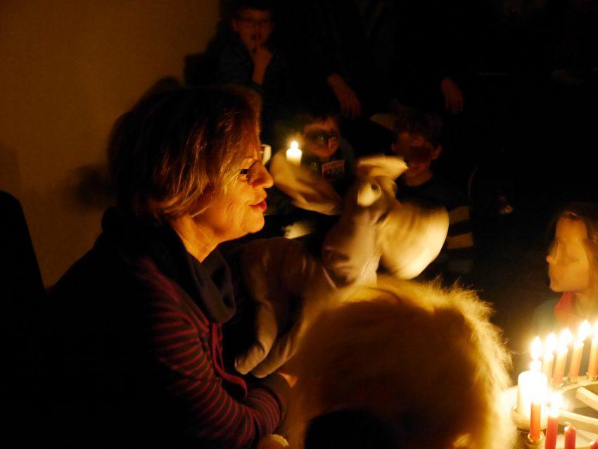 Im Dunkeln entdecken I-A und die Kinder, wieviel Licht der Adventskranz bringt